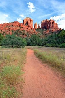 Volg naar cathedral rock, sedona, een van de meest populaire plekken in arizona
