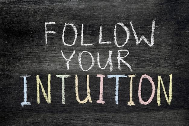 Volg uw intuïtiezin met de hand geschreven op bord