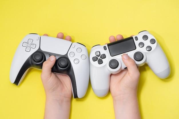 Volgende generatie en oude generatie controllers in de hand van kids.