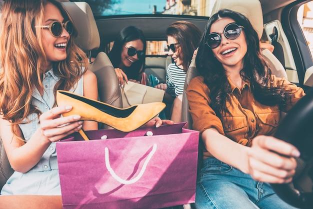 Volgende stop is lingeriewinkel! vier mooie jonge vrolijke vrouwen met boodschappentassen
