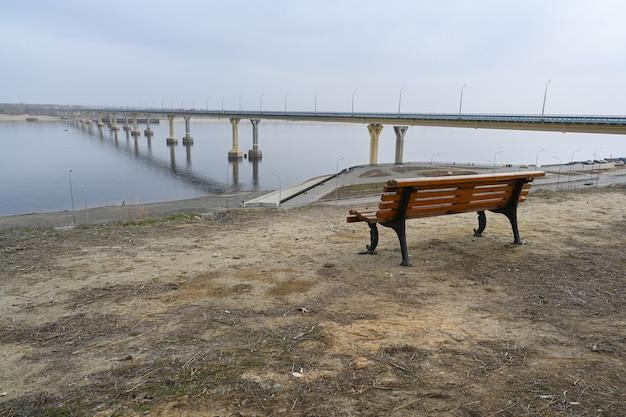 Volgograd-brug over de rivier de wolga, een van de grootste transportinfrastructuurfaciliteiten van russisch belang. de