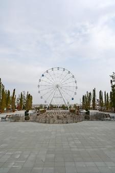 Volgograd, rusland-30 mei 2021: reuzenrad in het park van cultuur en recreatie