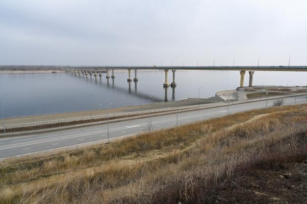 Volgograd, rusland - 30 mei 2021: volgograd-brug over de rivier de wolga, een van de grootste transportinfrastructuurfaciliteiten van russisch belang. de