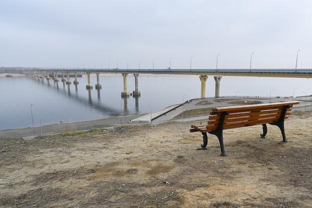 Volgograd, rusland - 30 mei 2021: volgograd-brug over de rivier de wolga, een van de grootste transportinfrastructuurfaciliteiten van russisch belang. de dansende brug.
