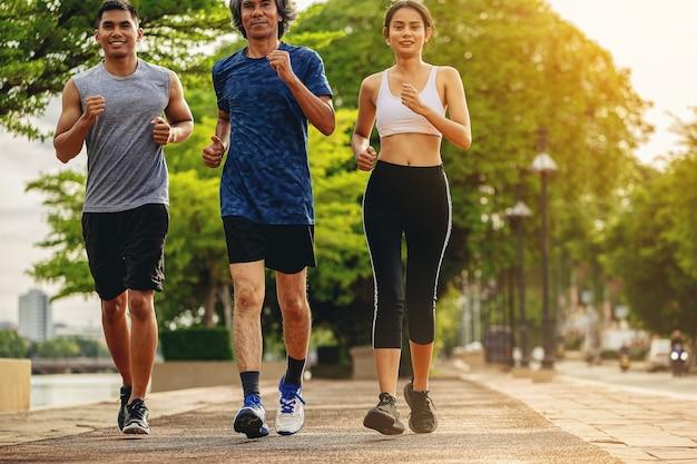 Volkeren lopen samen langs het wandelpad in het park volksfitness runner outdoor workout