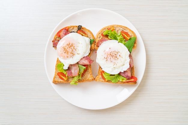 Volkoren brood geroosterd met groenten, spek en ei of egg benedict als ontbijt