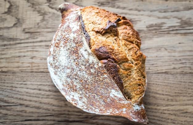 Volkoren brood op houten