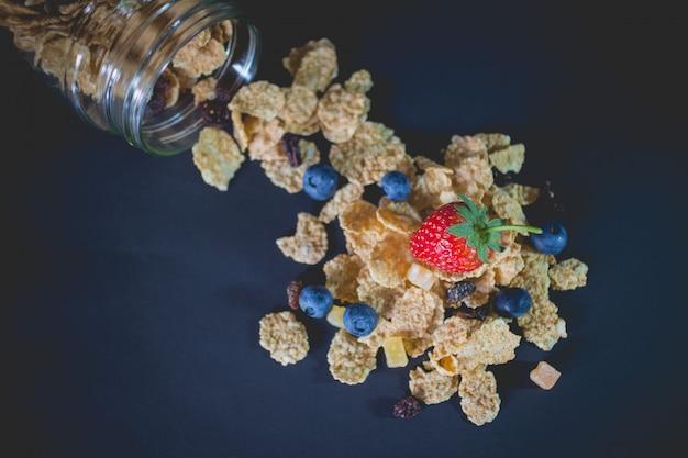 Volkoren graanvlokken waarin bessen en rozijnen werden gemengd