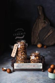 Volkoren huisgemaakte granola met macadamia, amandel, hazelnoot in het glas. copyspace