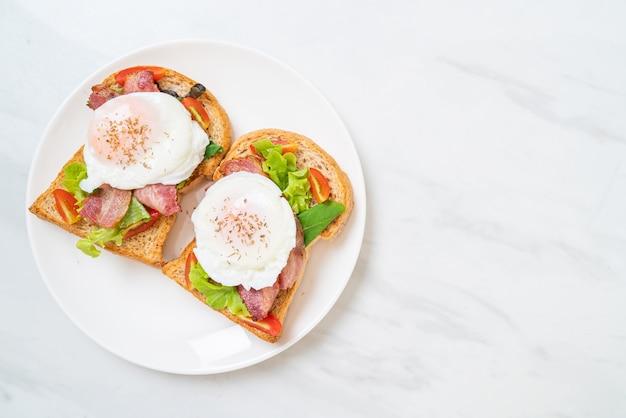 Volkorenbrood geroosterd met groente, spek en ei of egg benedict als ontbijt