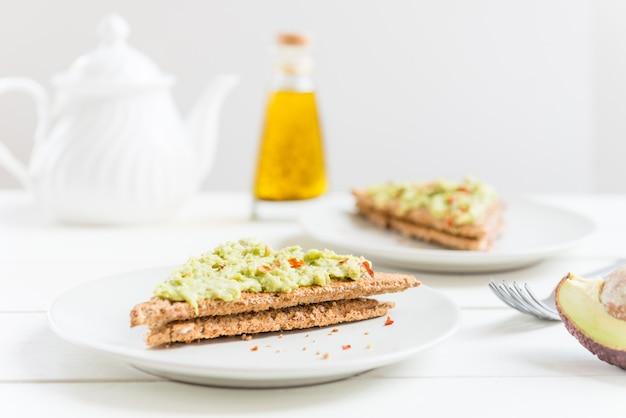 Volkorenbrood toost met puree van avocado en chili