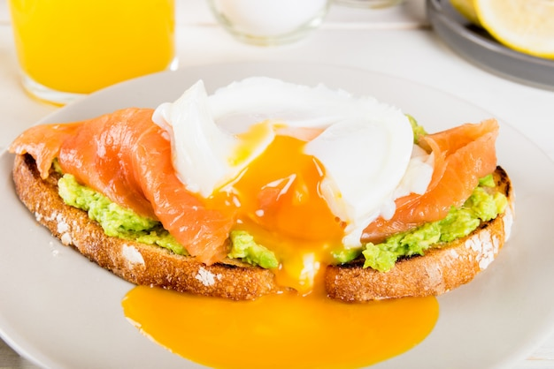 Volkorenbrood toost, smeet avocado, zalm en gepocheerd ei