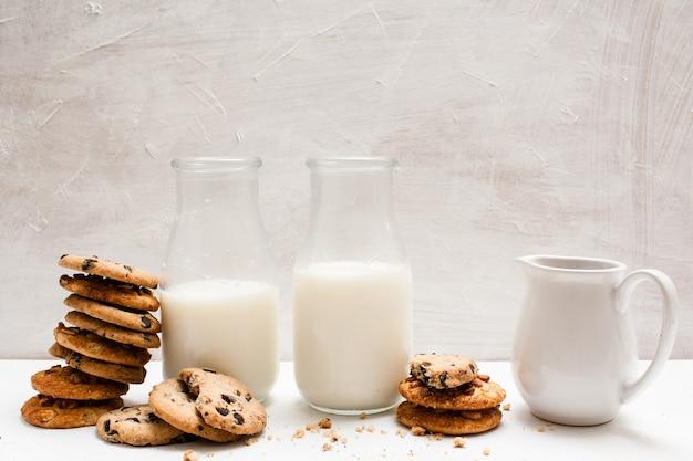 Volkorenproducten die met melk eten, close-up. chocoladescones in één lijn met flessen en kruik lactodrank. zelfgebakken winkelconcept