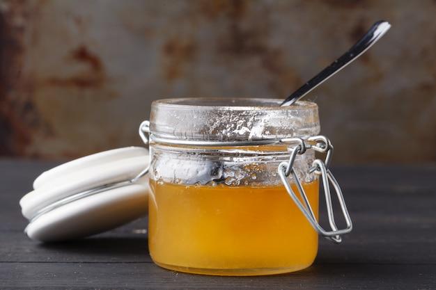 Volksgeneeskunde met honing en helende kruiden concept