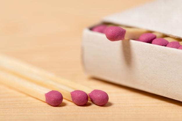 Volle doos met lucifers op de houten tafel