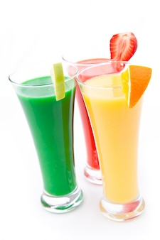 Volle glazen met stukjes fruit