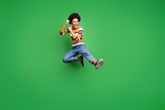 Volle lengte foto van gekke afro amerikaans meisje hipster sprong trein kickboksen strijd copyspace vallen sport kick benen vuisten dragen trendy denim jeans