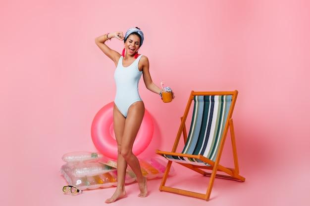 Volle lengte weergave van blije vrouw in zwembroek