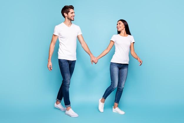 Volle lengte weergave van echtgenoten hand in hand lopen