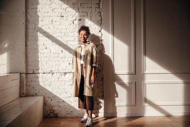 Volle lengte weergave van elegante vrouw in trenchcoat