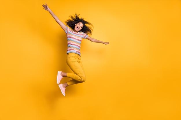 Volle lengte weergave van mooie extatische zorgeloze meisjessprong
