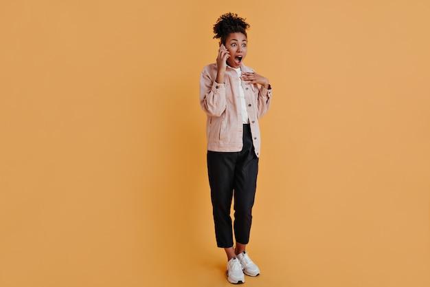 Volle lengte weergave van vrouw praten over smartphone