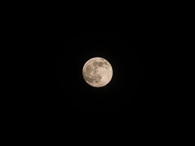 Volle maan aan de nachtelijke hemel.
