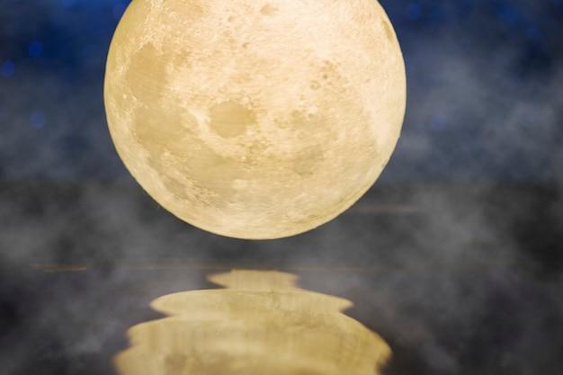 Volle maan dichtbij rivier met textuur van de mistoverlay