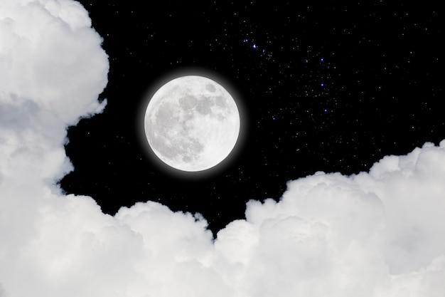 Volle maan met sterrenhemel en wolkenachtergrond. romantische avond.