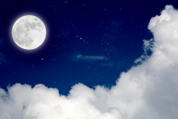 Volle maan met sterrenhemel en wolkenachtergrond. romantische nacht.