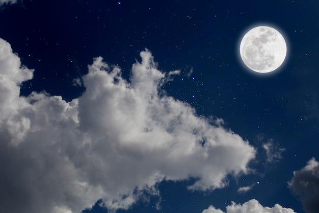 Volle maan met sterrenhemel en wolkenachtergrond. romantische nacht