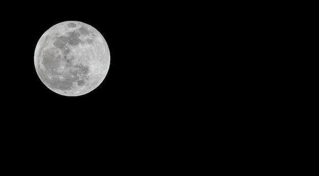 Volle maan of super maan stapelen donkere nachthemel op.