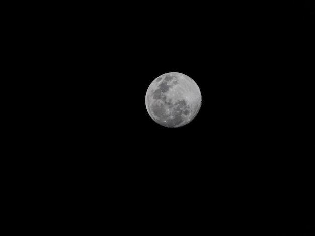 Volle maan op de donkere nacht