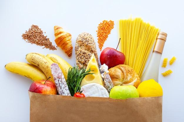 Volle papieren zak met gezonde voeding.