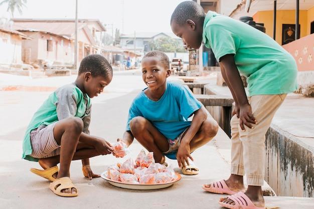 Volle schot gelukkige kinderen buitenshuis