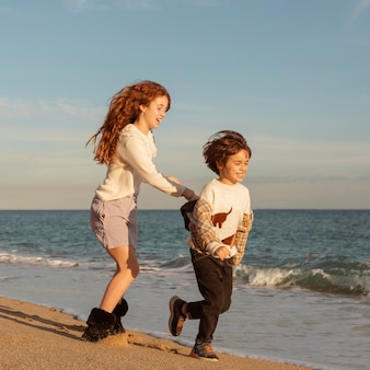 Volle schot gelukkige kinderen die aan wal rennen