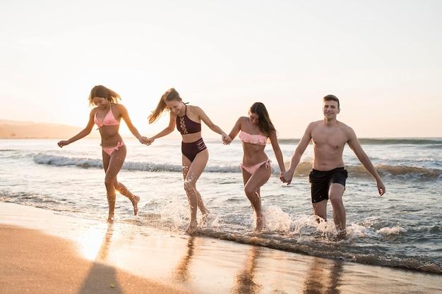 Volle vrienden die samen rennen