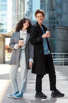 Volle vrienden met koffiekopjes