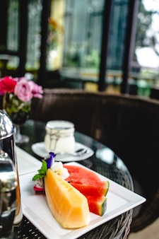 Volledig amerikaans ontbijt enorm gezond ontbijt op een tafel met koffie