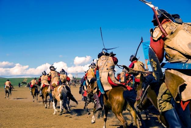 Volledig gepantserde soldaten naspelen een historische gebeurtenis in mongolië