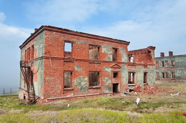 Volledig geruïneerd bakstenen gebouw