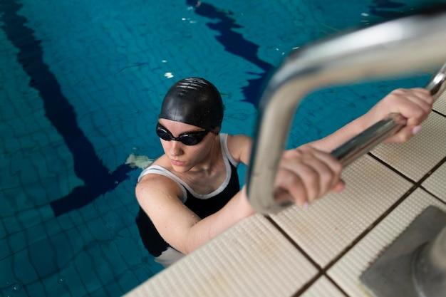 Volledig geschoten atleet in het zwembad