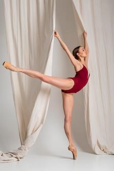 Volledig geschoten ballerina die zich op pointe-schoen bevindt