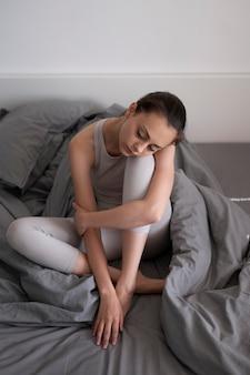 Volledig geschoten depressieve vrouw met deken