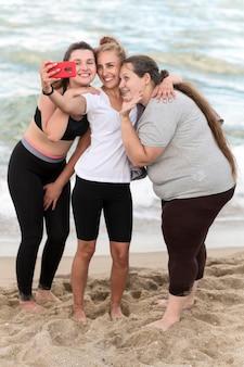 Volledig geschoten fitnessvrienden die selfie nemen