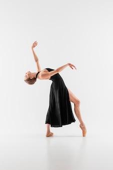 Volledig geschoten flexibele vrouw die pointe-schoenen draagt