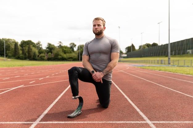 Volledig geschoten gehandicapte atleet klaar om te rennen
