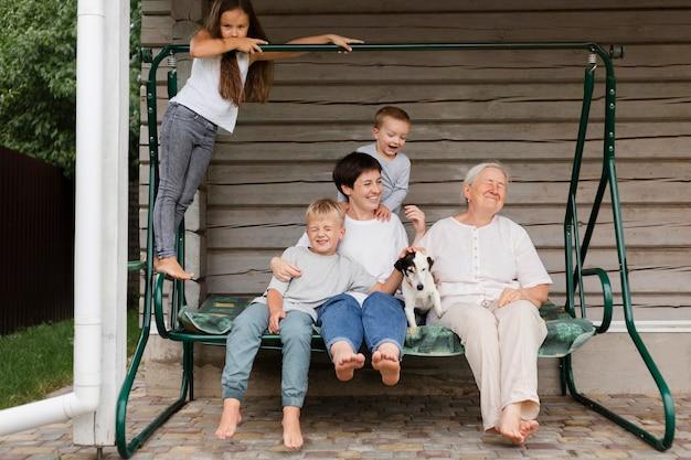 Volledig geschoten gelukkig gezin met hond