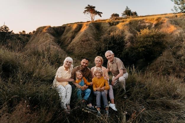 Volledig geschoten gelukkige familie buitenshuis