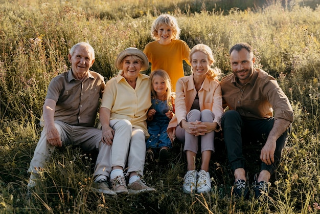 Volledig geschoten gelukkige familie die samen poseert